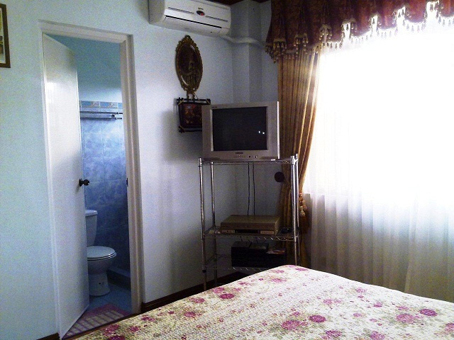 2nd-bedroom-with-view-of-bathroom