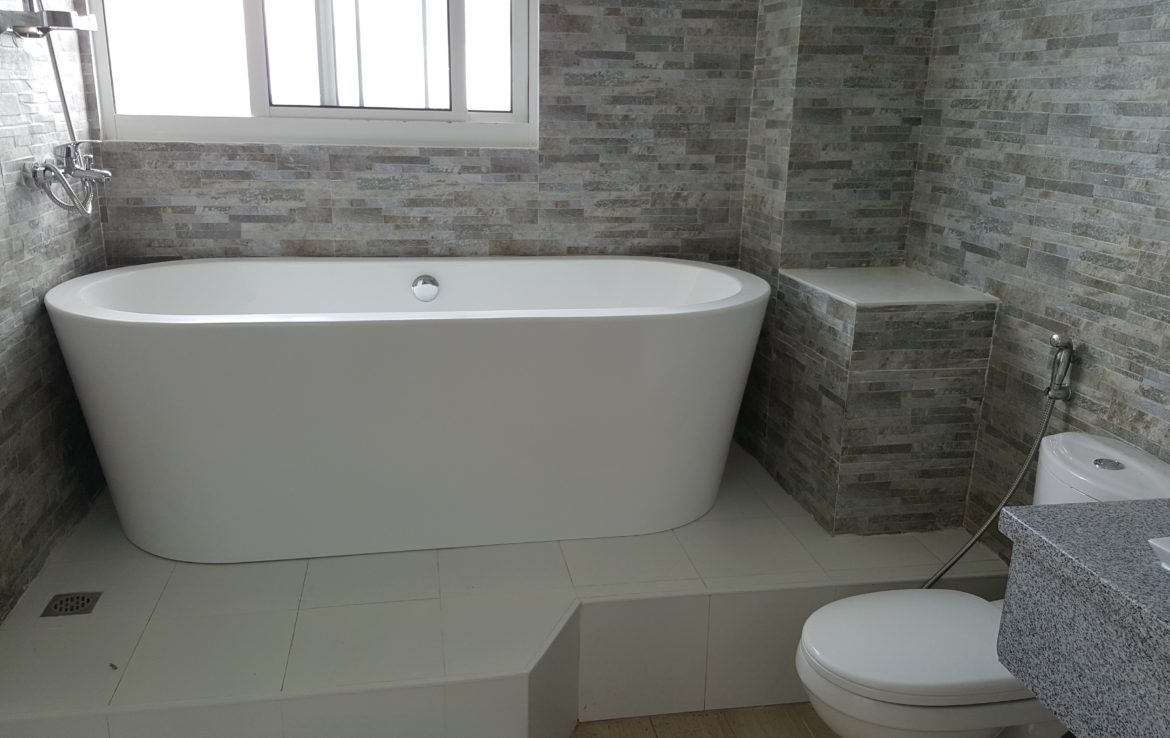abh09-masters-bath-with-bathtub